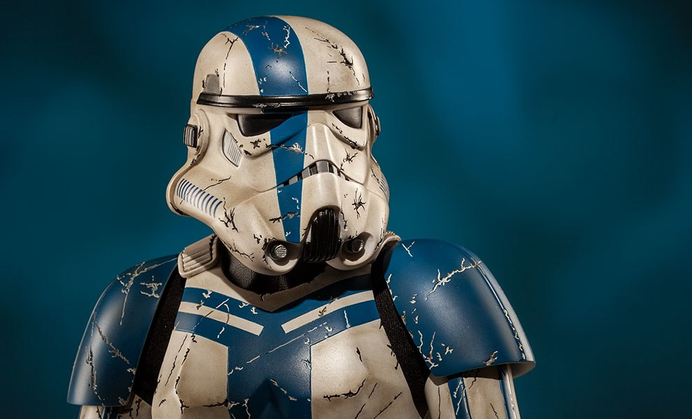 Gallery Feature Image of Stormtrooper Commander Premium Format™ Figure - Click to open image gallery