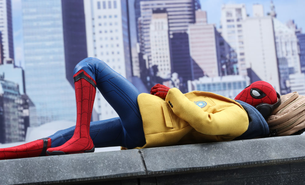 Gallery Feature Image of Spider-Man Deluxe Version Sixth Scale Figure - Click to open image gallery
