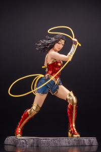 Gallery Image of Wonder Woman (1984) Statue