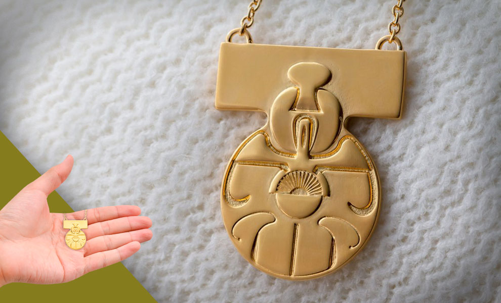 Gallery Feature Image of Medal of Yavin Necklace Jewelry - Click to open image gallery