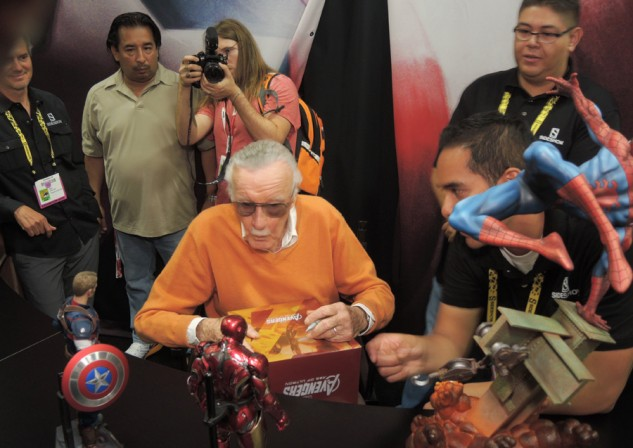 Stan Lee signing Marvel collectibles at the Sideshow Booth!