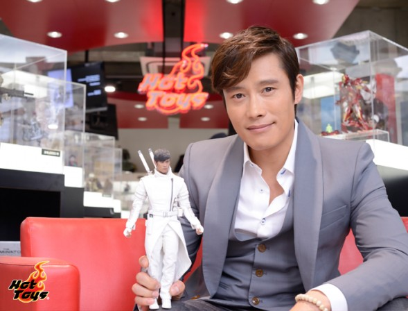 G.I. Joe Retaliation actor admires his Hot Toys figure likeness