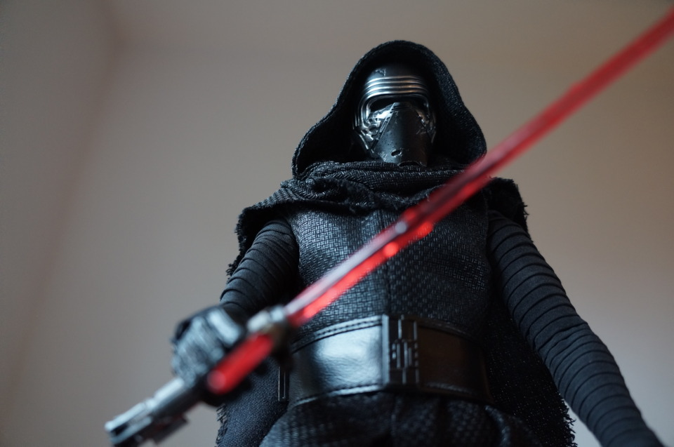 osw.zone Unboxing & Review: Hot Toys Kylo Ren 1/6th Scale Collectible Figure review from Comic Vine 2016-01-08 09:01:05 SSC