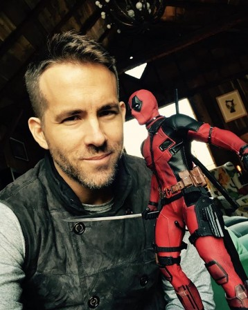 Ryan Reynolds gets his hands on Hot Toys Deadpool figure
