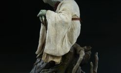 Yoda Legendary Scale™ Figure