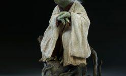 Yoda Legendary Scale™ Figure
