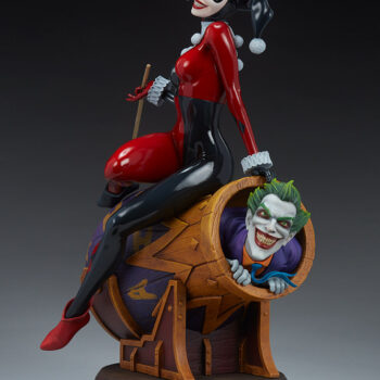 full quarter right view of Harley Quinn and The Joker Diorama